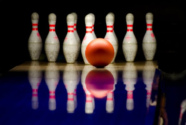 7 tips on financial content marketing illustrated by 7 bowling pins