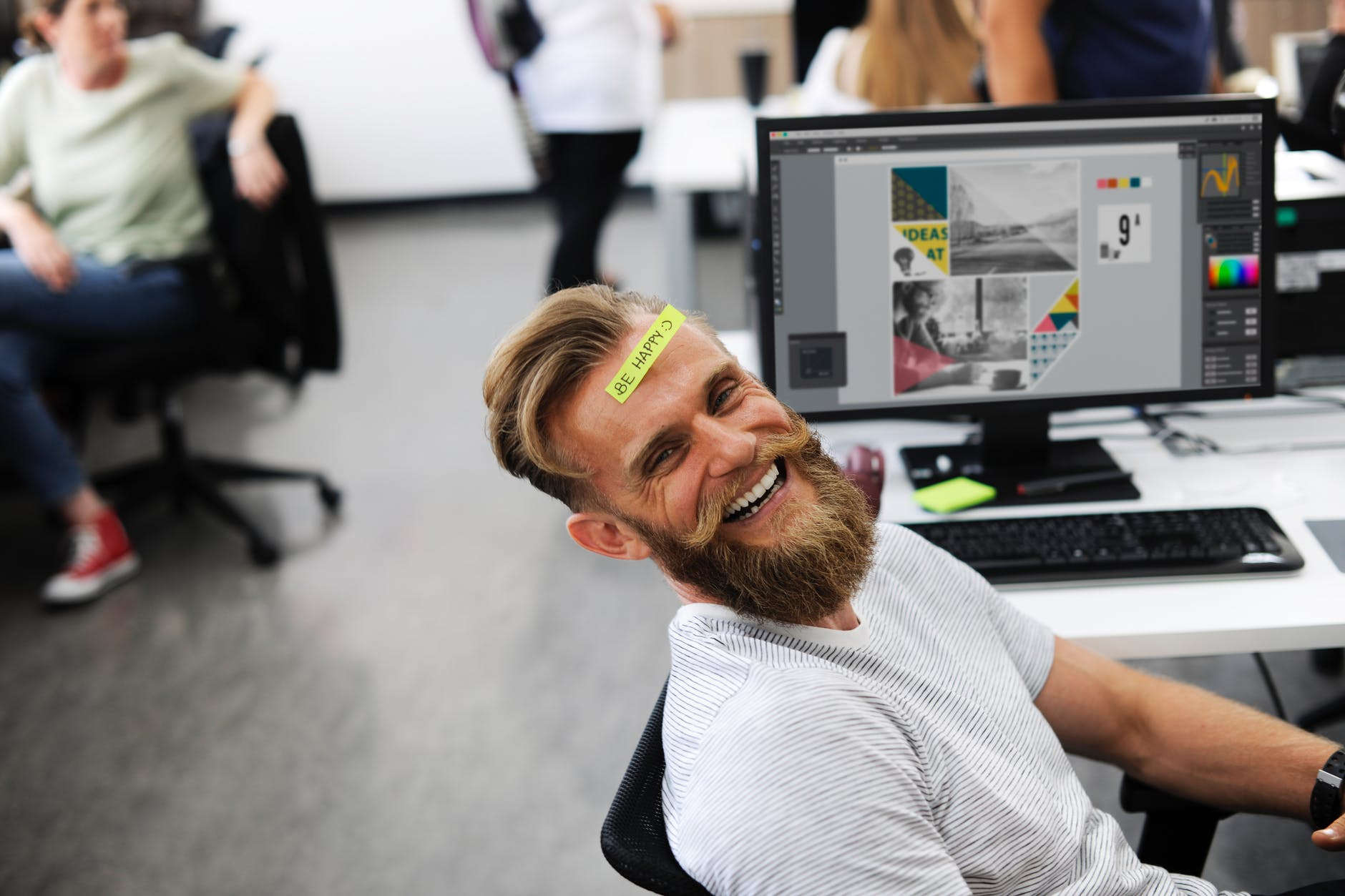 Man with a post-it note on his head, illustrating guest posting in financial content marketing